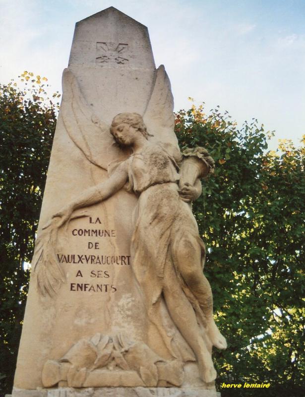 LES MONUMENTS AUX MORTS .